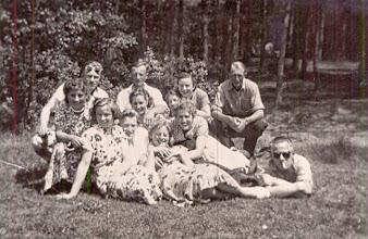 Photo: Hooghalen 1951 v.l.n.r. Bovenste rij: Jan Moek, Hendrik Witting, Hennie Vedder en Hendrik Scheper. Voor: Grietje Dekker, Aaltje Meijer, Jans Zandvoort , Willemien Klinkers, Roelie Witting, Giny Lanjouw en Berend Oosting