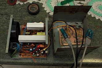 Photo: Placa de componentes fixada e interligada à fonte ATX Como dito anteriormente a placa foi fixada na fonte através dos dissipadores.