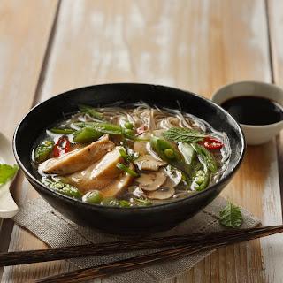 Asiasuppe mit Huhn, Reisnudeln und Gemüse