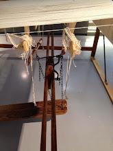 Photo: La chaîne tendue sur le métier et reliées aux marches (pédales)