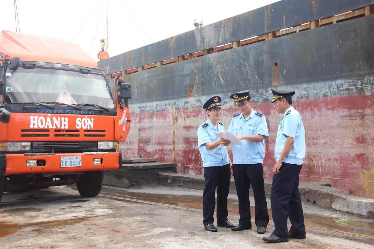 Cán bộ Hải quan kiểm tra hàng hóa xuất nhập cảnh