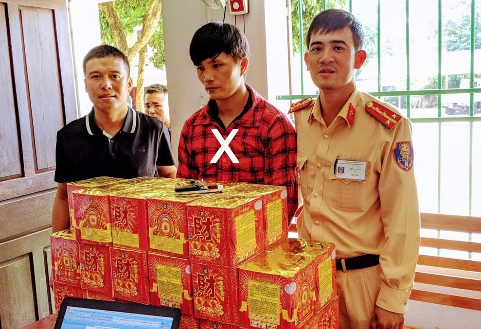 Lực lượng Cảnh sát Giao thông bắt giữ đối tượng (X) về hành vi mua bán, vận chuyển pháo nổ