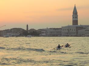 Photo: Auch so kann man sich auf dem Wasser bewegen - aber das ist recht gefährlich