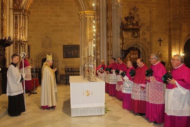 El obispo y el Cabildo de la Catedral en el altar mayor de la Catedral de la Encarnación al concluir la ceremonia.