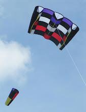 """Photo: Mon Jumbo Power Sled 36 """"Joker"""" et sa première fois en l'air. Vent 20/30km/h. La petite queue type turbine sert à stabiliser l'ensemble du cerf-volant. Envergure: 3m23 Hauteur: 1m50"""
