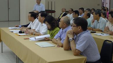 Photo: 公會理監事仔細聆聽官員的解釋再做必要的駁斥