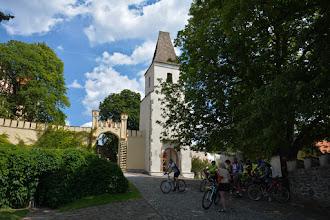 Photo: Przy zamku spotykam sporą grupę czeskich cyklistów. Jadą w tym samym kierunku co ja. Zamieniam kilka słów i jadę już swoim tempem.