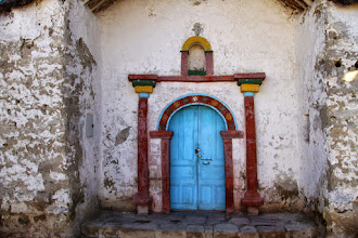 Photo: puerta de entrada a la iglesia, con colores vivos suavizados por el tiempo..