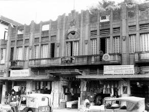 Photo: Comércio da Rua do Imperador. Os produtos à venda eram expostos em plena calçada. Foto sem data