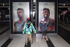 jongetje en meisje kijken naar levensgrote posten van David Beckham in de etalage van H&M
