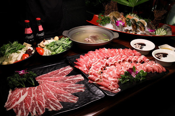 台南美食-泰味食足-善化店~浮誇系泰式火鍋!超大肉盤還有澎湃海鮮船食材多到桌子都放不下去啦~