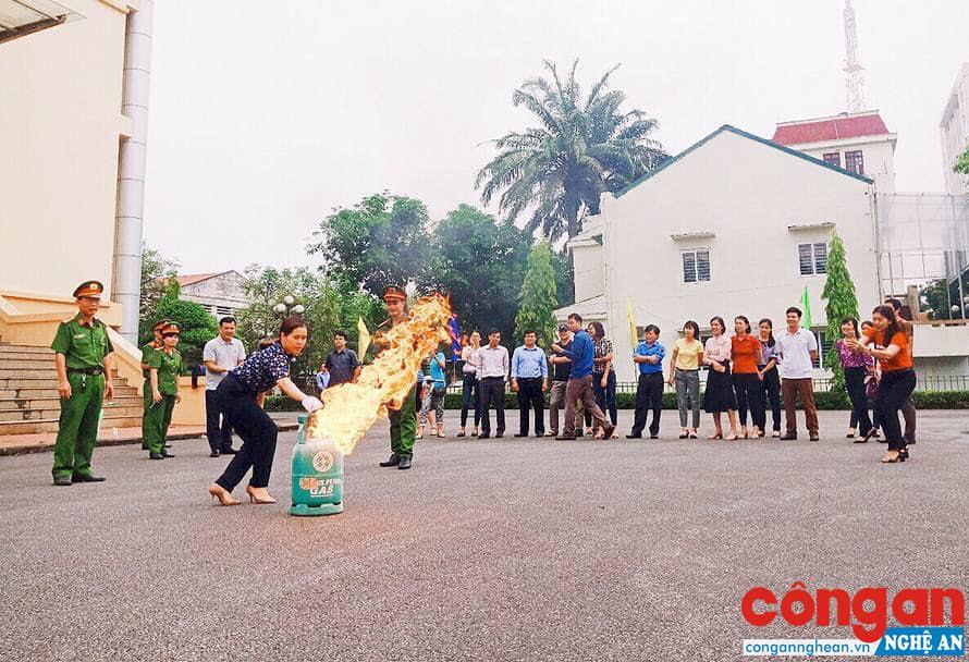 Cán bộ Đội Cảnh sát PCCC&CNCH hướng dẫn học viên thực hành kỹ năng chữa cháy