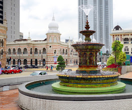 Photo: Alternating red and white cotors of the National Textile Museum with the Victorian fountain.