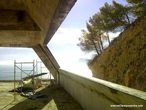 Photo: Encuentro entre muro lateral y frente inclinados. Perspectiva interior