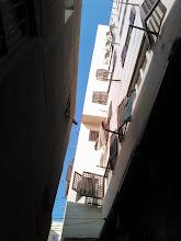 Photo: ... cuántas personas viven dentro de los muros del barrio copto. hay pocos edificios que parezcan estar destinados a vivienda.