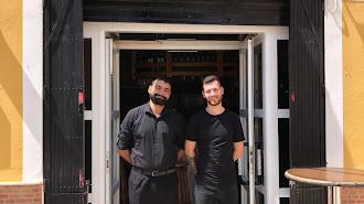 Martín y Francis en su establecimiento.