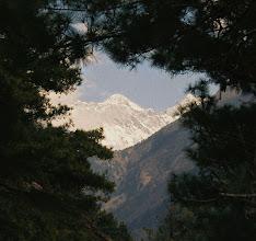 """Photo: Auf der """"Rampe von Namche"""" einem steilen Aufstieg von 700 m hat man den ersten Blick auf den Mount Everest"""