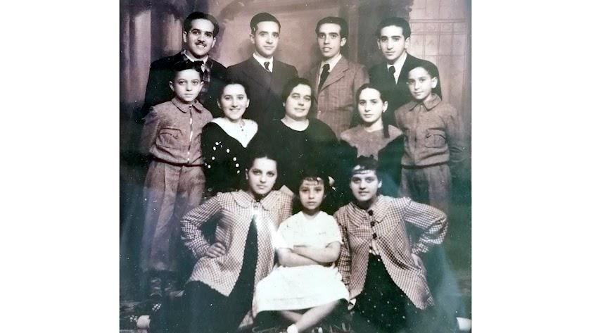 Antonia Giménez Quiles, la viuda de Santiago Frías Somohano, y sus once hijos.