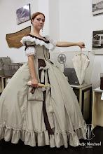 """Photo: Vestido """"Early Victorian"""" ( 1860 ) em crepe bege e shantung marrom com rendas e babados e laços. Era das crinolinas, a partir de R$ 600,00.  Underwear: Chemise e bloomer, corset midbust vitoriano ( 1860 ), crinolina em barbatana de aço rebitada e anáguas para crinolinas. — com Lola Carstens."""