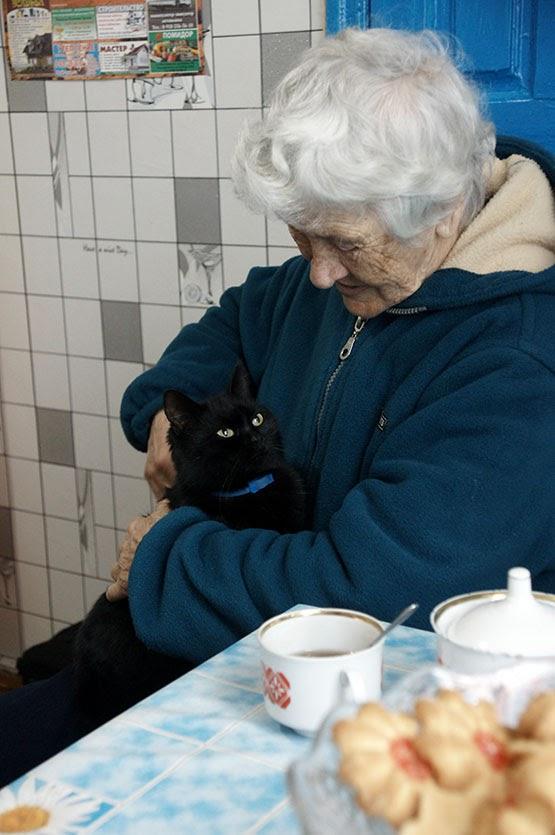 Ветеран педагогического труда Дина Андреевна Кузнецова с кошкой