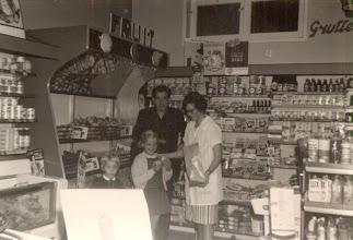 Photo: Harma en Bineke Mulder. Verder Jan Moek en Ina Zandvoort die bij hun ouders Annie en Harm Mulder in de A&O winkel werkten.