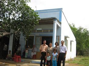 Photo: Gia đình thầy Sâm trước căn nhà mới