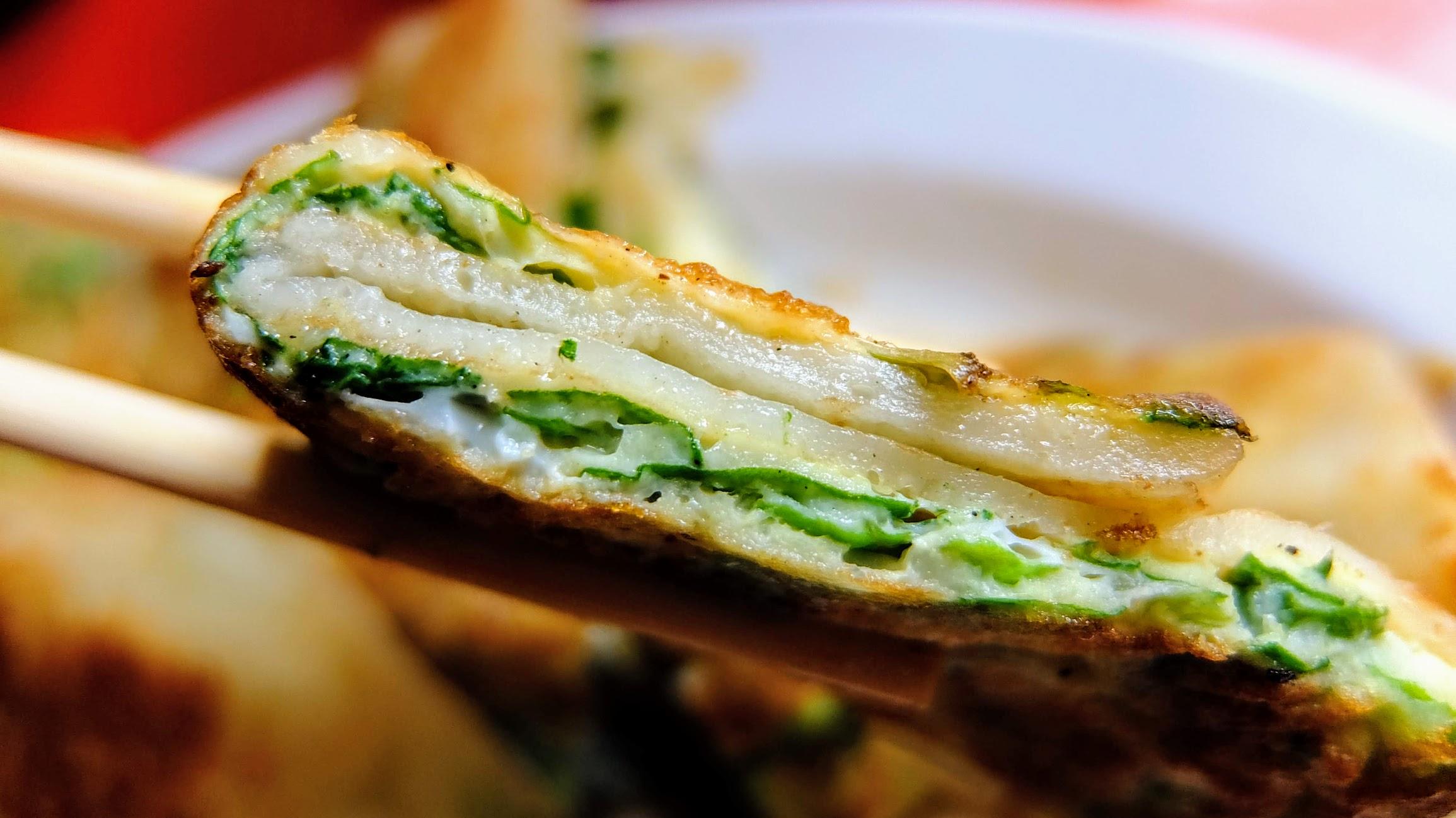 傳統麵糊蛋餅,底下有一層菜,另,麵糊並不會太糊喔! QQ彈彈的頗為不錯