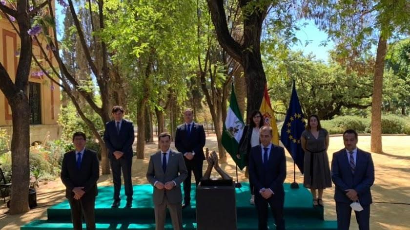 El alcalde de Macael (derecha) junta al presidente andaluz y el presidente de la AEMA, en la presentación.