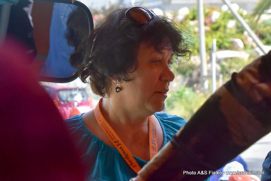 Гид в Израиле Светлана Фиалкова в экскурсионном автобусе.