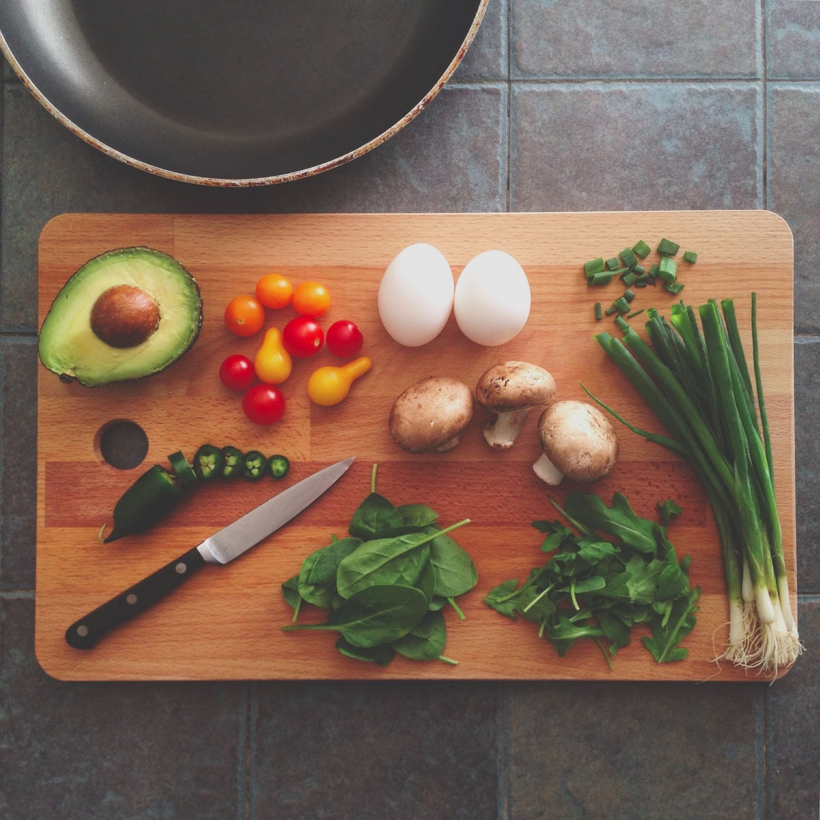 A cutting board with different ingredients. Cooking classes make great real estate closing gifts