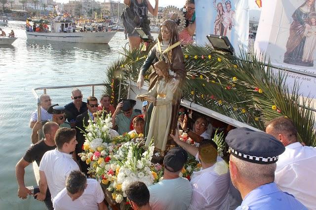 Santa Ana embarcada para la procesión marítima en pasadas ediciones.