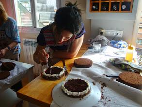 Photo: Bea rellenando de mermelada de cerezas su Tarta Selva Negra