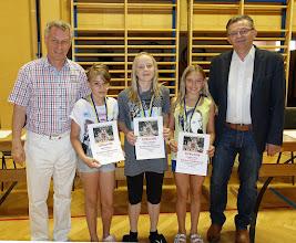 Photo: Sieger beim Kletterwettbewerb (Mädchen - 1. und 2 Klassen)
