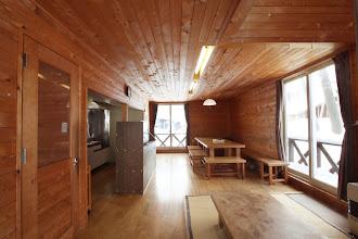 Photo: 1階 リビング(玄関側から) 写真左側にキッチンがあります 1层 客厅 左侧是厨房 1F Living room. kitchen on the left