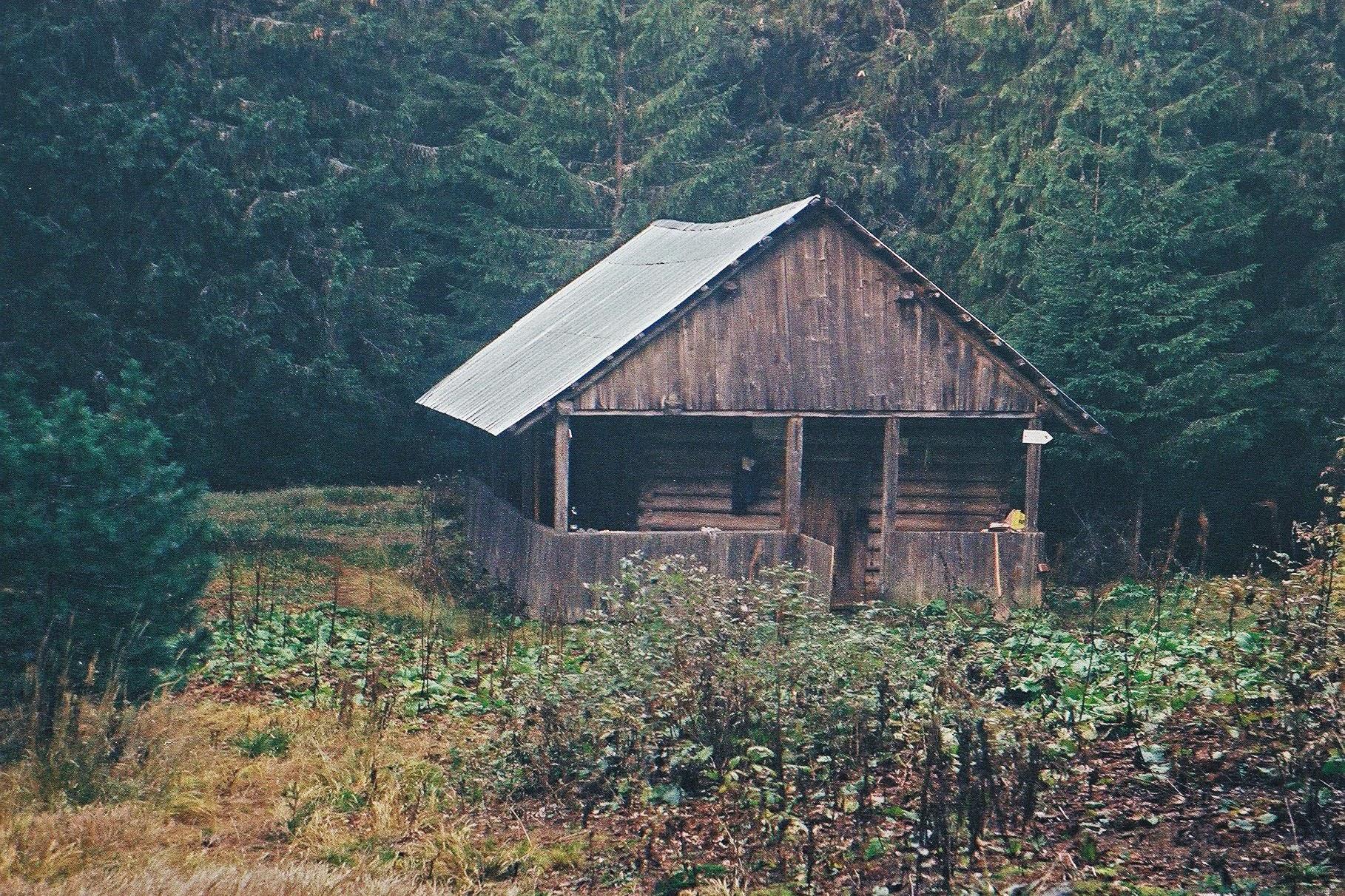 Мисливсий будинок в сідлі гір Молода та Яйко Перегінське