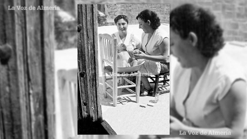 Antonio Díaz, el hijo del célebre peluquero de señoras, con su madre y con su tía cuando lo aseaban en un barreño de zinc en la puerta de su casa.