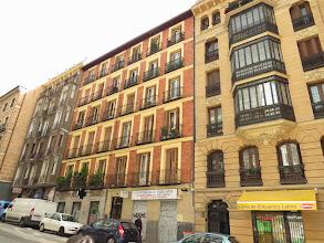 Photo: Más casas, y un local con gesto.