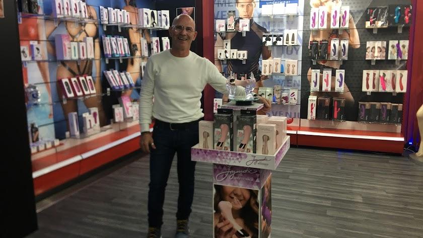 Parafarmacia fresa y chocolate Agustín Guirado Ortíz, gerente de la tienda nos muestra los productos estrella más satisfactorios