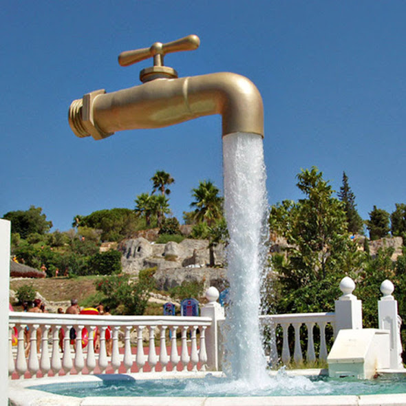 Vòi nước lơ lửng trên không chảy mãi không đầy