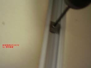 Photo: 内側のブースの壁パネルの組み立て 特殊な金具で固定します