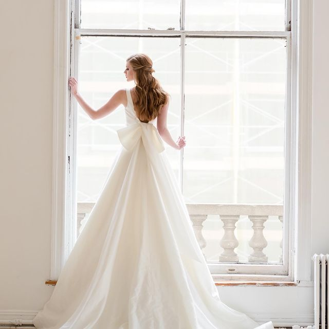 I love when you get to pause for a moment and capture a beautiful bridal image. Photographers, do you find time during the getting ready photos on the day or the wedding to take some classic portraits of your brides? @briiduffield editor: @freedomedits Dress: @sarehnouri Host: @adorama Stylist: @krockcreative HMUA: @mmglam @top_knot_hair Rentals: @partyrentalltd Dresses: @kleinfeldbridal Tux: @chazmatazztux Stationary: @cupcake_graphics Florals: @atoeevents @hudsoncakery Location: @home.studios Styling Board: @kissbooks Props: @stylingmat @vieagency #nyc #weddingphotography #newyorkcity #photographysouls #manhattanbride #nycwedding #newyorkbride #manhattanbride #canonphotography