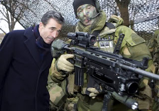 Photo: General Sectary of NATO, Anders Fogh Rasmussen peers down the weapon sight of a TMBN Soldier at a display in Oslo