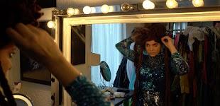actrice schikt haar hoed in grote spiegel