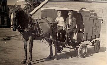 Photo: Jan Oosting met de venterskar. Naast hem zit neefje Albert Dekens uit Gieten.