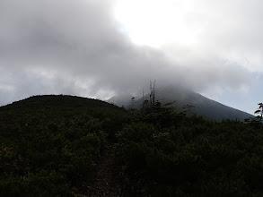 目の前の爺ヶ岳は雲の中