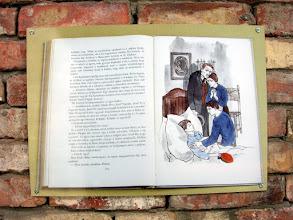 Photo: A falon könyvrészletek olvashatók
