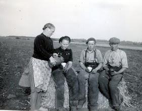 Photo: Gezienus en Lammechien Martens-Kamps en hun kinderen Jantje en Tienus