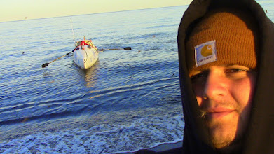 Photo: Nelson Hedrich accueille Charles Hedrich sur la plage de Kivalina
