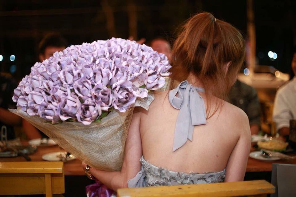 Thai Girlfriend Gives Boyfriend Bouquet Made Of Thousands
