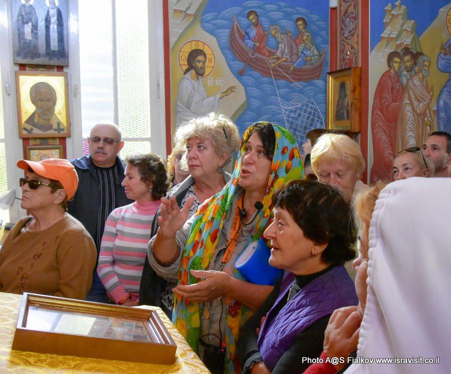 Гид в Израиле Светлана Фиалкова на экскурсии в церкви св. Марии Магдалины в подворье Горненского монастыря в Магдале в Галилее хрисианской.